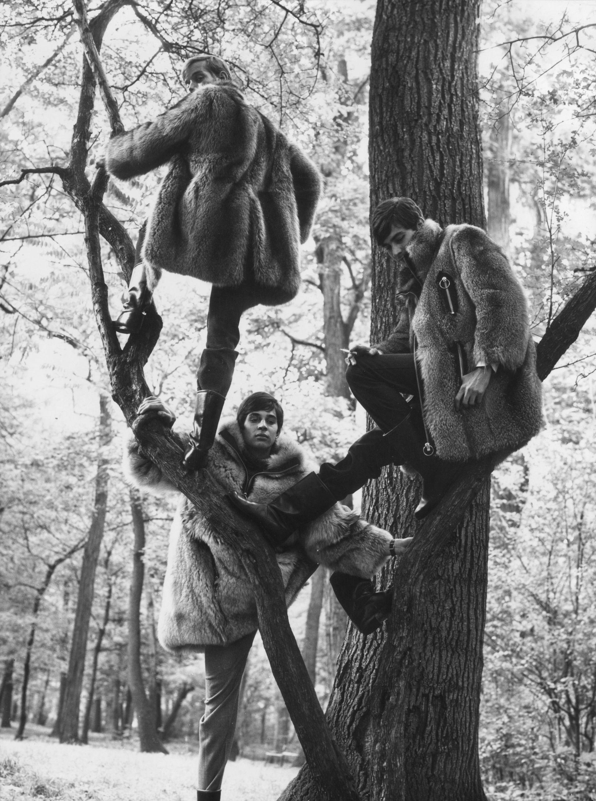 Зимни палта по дизайна на Пиер Карден, след като започва да създава мъжки колекции