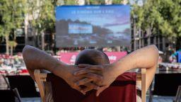 Река Сена в Париж се превърна в кино на открито