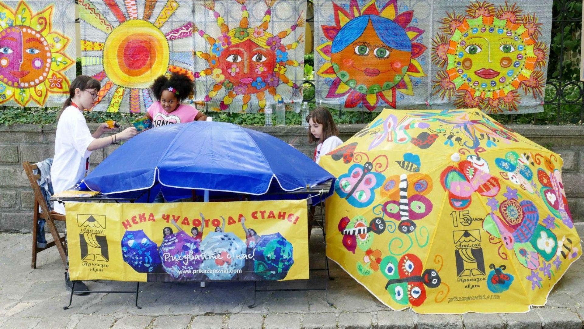 Детско творчество: десетки цветни чадъри украсиха къщата на Златю Бояджиев