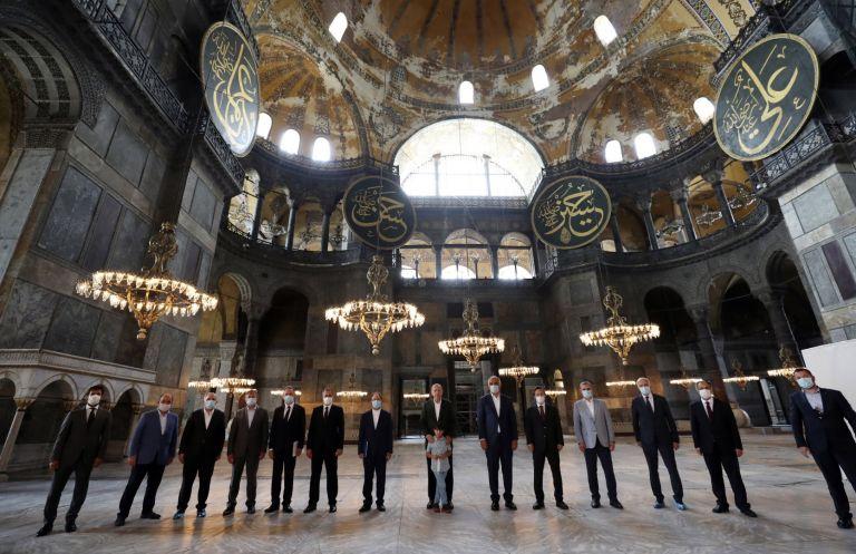 """Реджеп Ердоган посети храма """"Света София"""". На снимката е в средата с един от своите внуци"""