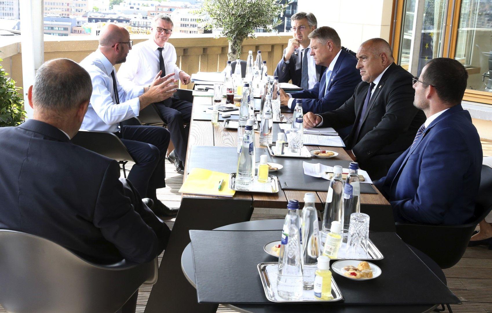 Председателят на ЕС Шарл Мишел разговаря с премиера Андрей Пленкович (Хърватия), президента Клаус Йоханис (Румъния), премиера Бойко Борисов (България) и премиера Робърт Абела (Малта), седнали срещу него от ляво на дясно
