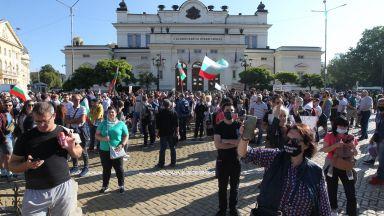 Протестиращи спряха движението пред парламента, полицейски кордон не позволи блокада (обновена, снимки)