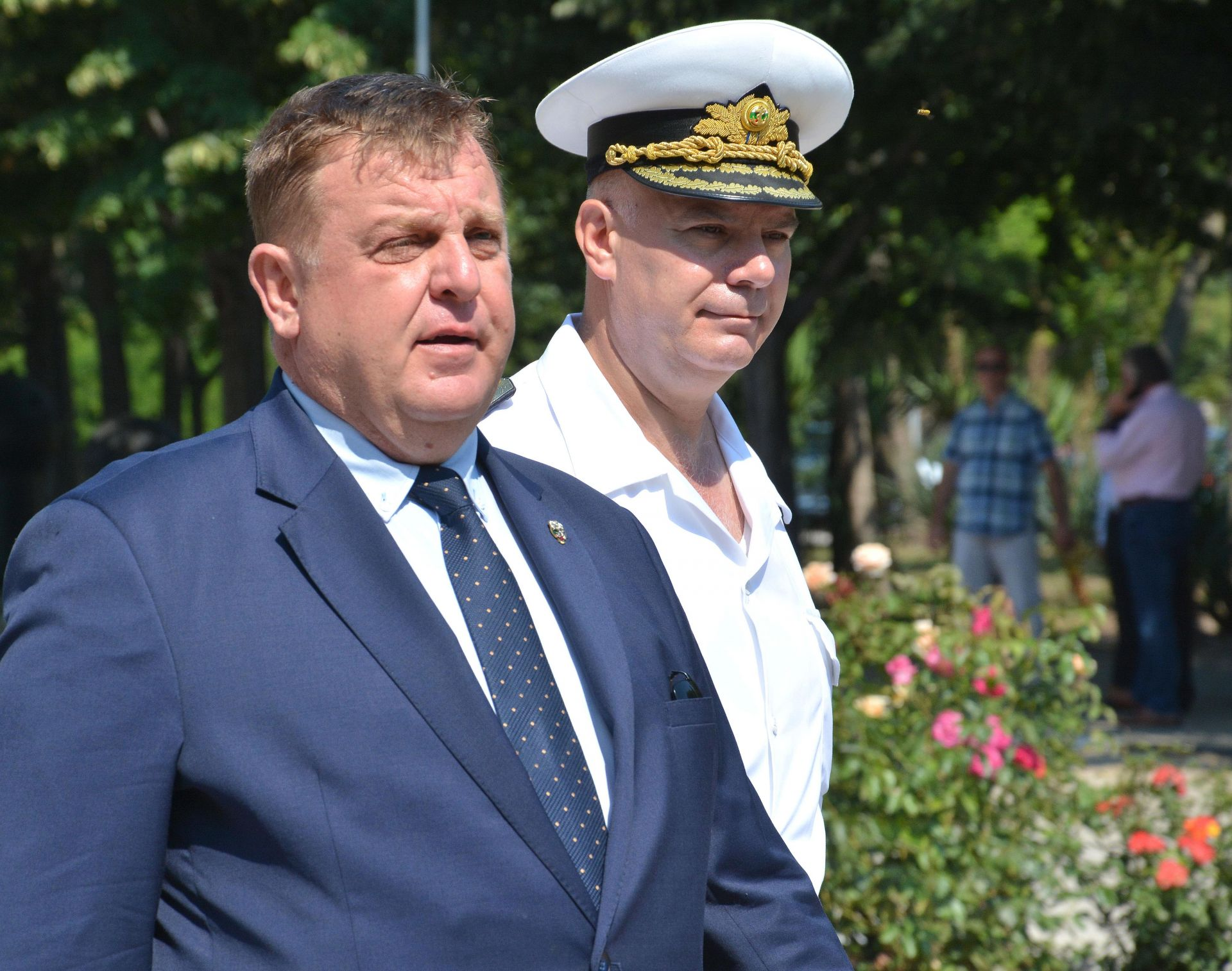 Красимир Каракачанов (ляво) посети Военноморския координационен елемент в пункт за базиране Варна. На снимката: контраадмирал Кирил Михайлов (дясно)