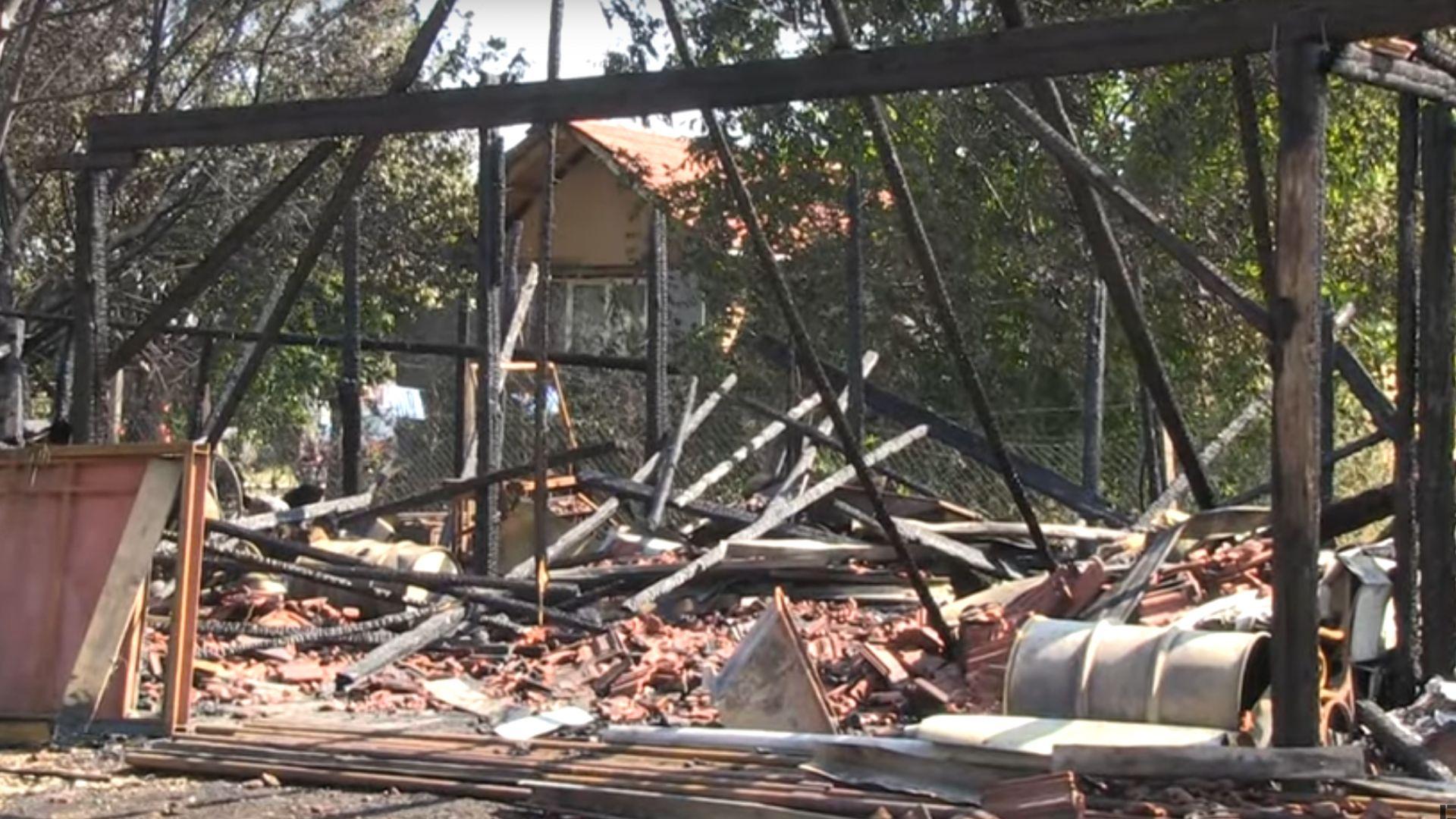 Склад на строителна фирма изгоря до основи в Русе (видео)