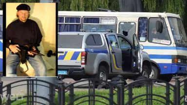 Въоръжен взе заложници в автобус в Украйна, заплашва да го взриви (снимки, видео)