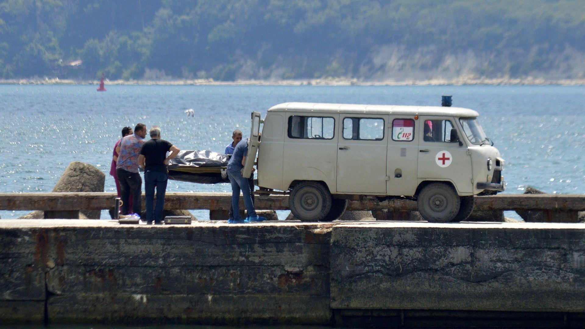 Тяло на мъртвец с прерязано гърло изплува на варненския бряг (снимки)