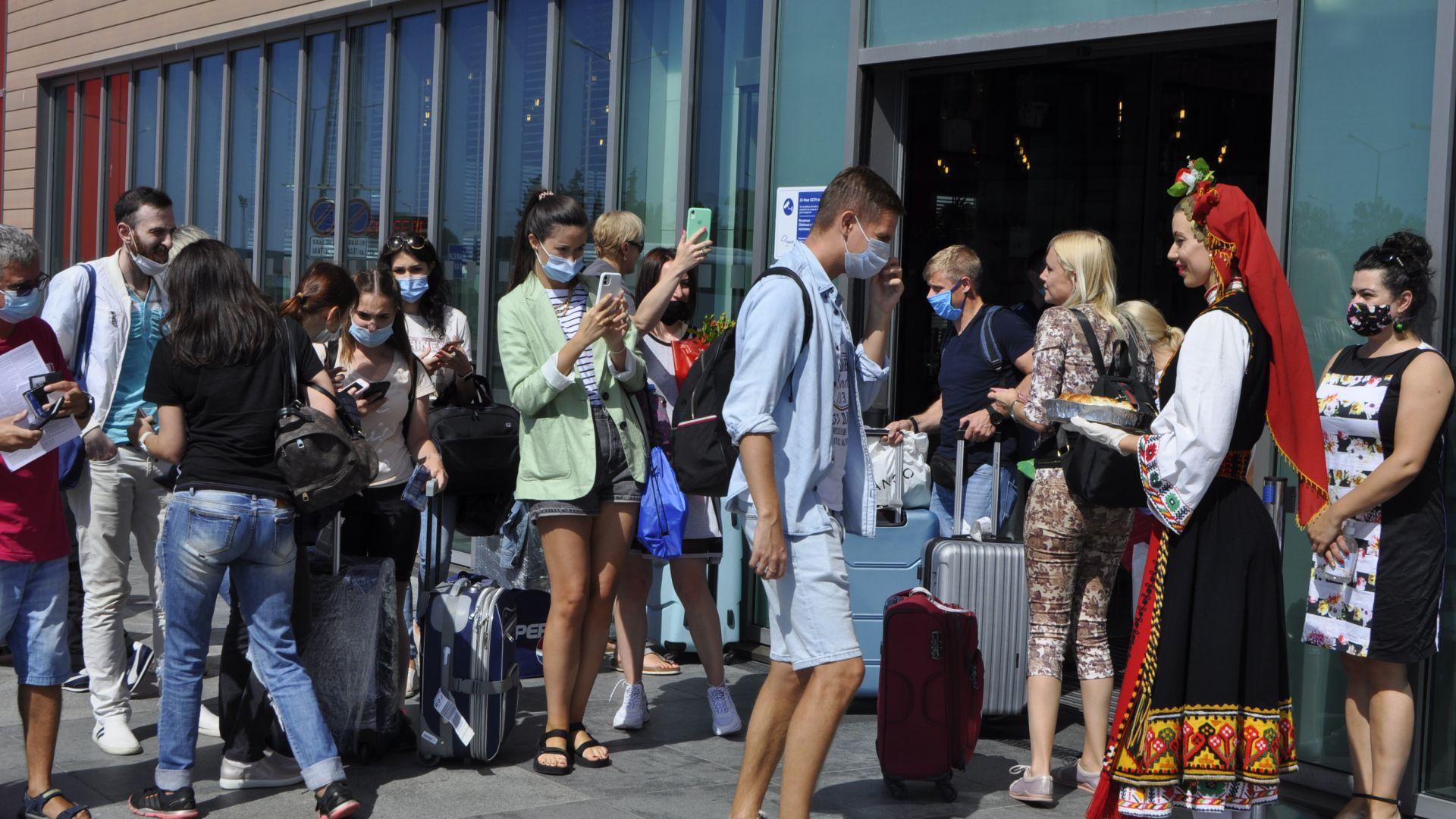 Летище Бургас посрещна първите украински туристи за това лято (снимки)