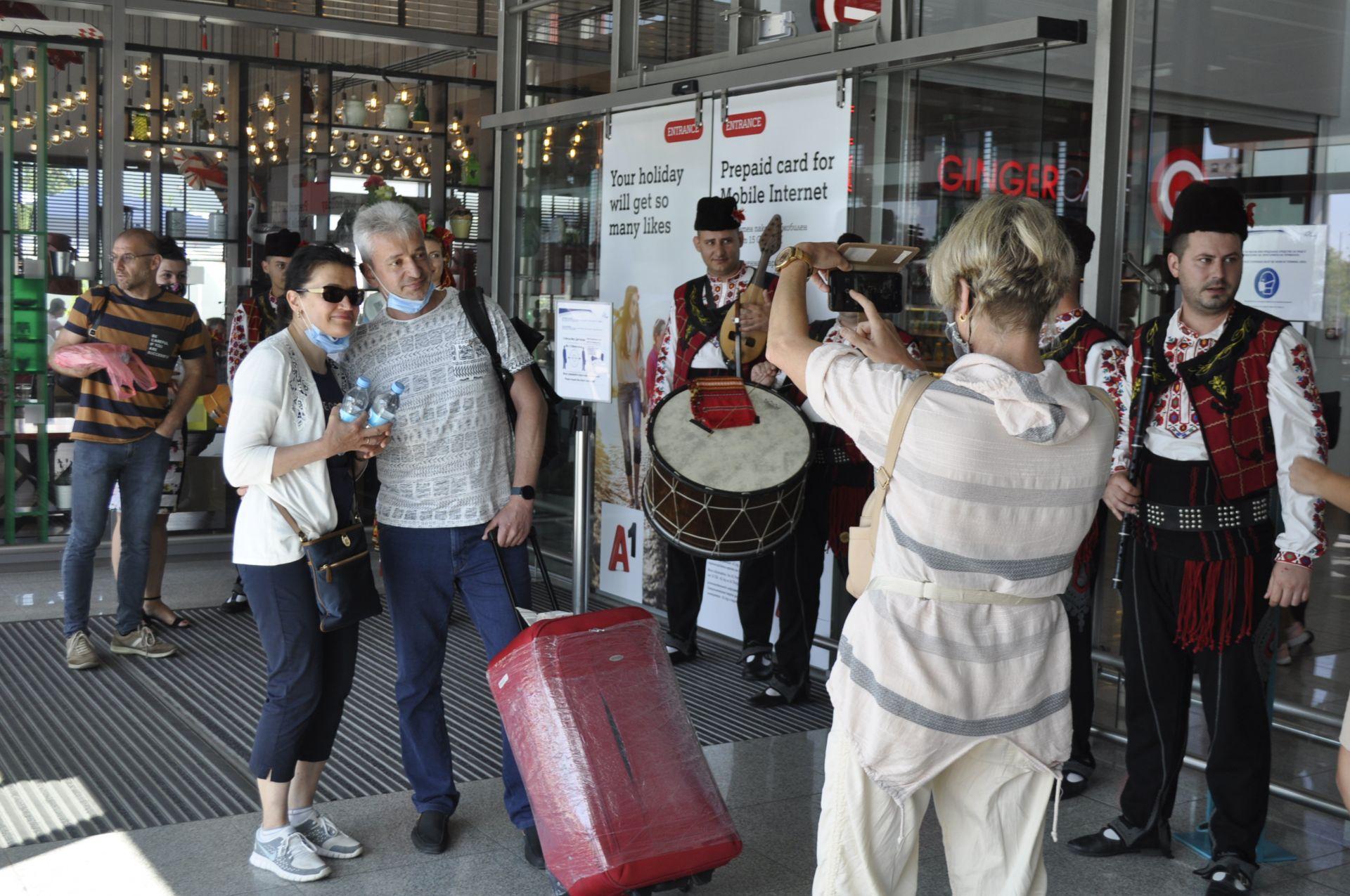 """Украинските туристи бяха посрещнати по стара българска традиция с питка и фолклорни изпълнения от ансамбъл """"Странджа"""""""