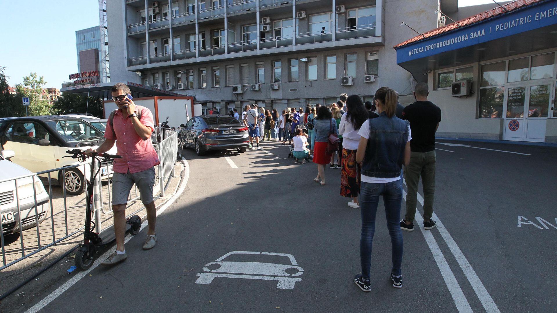 """На опашка в """"Пирогов"""" за  PCR тестове на пътуващи в чужбина (снимки)"""