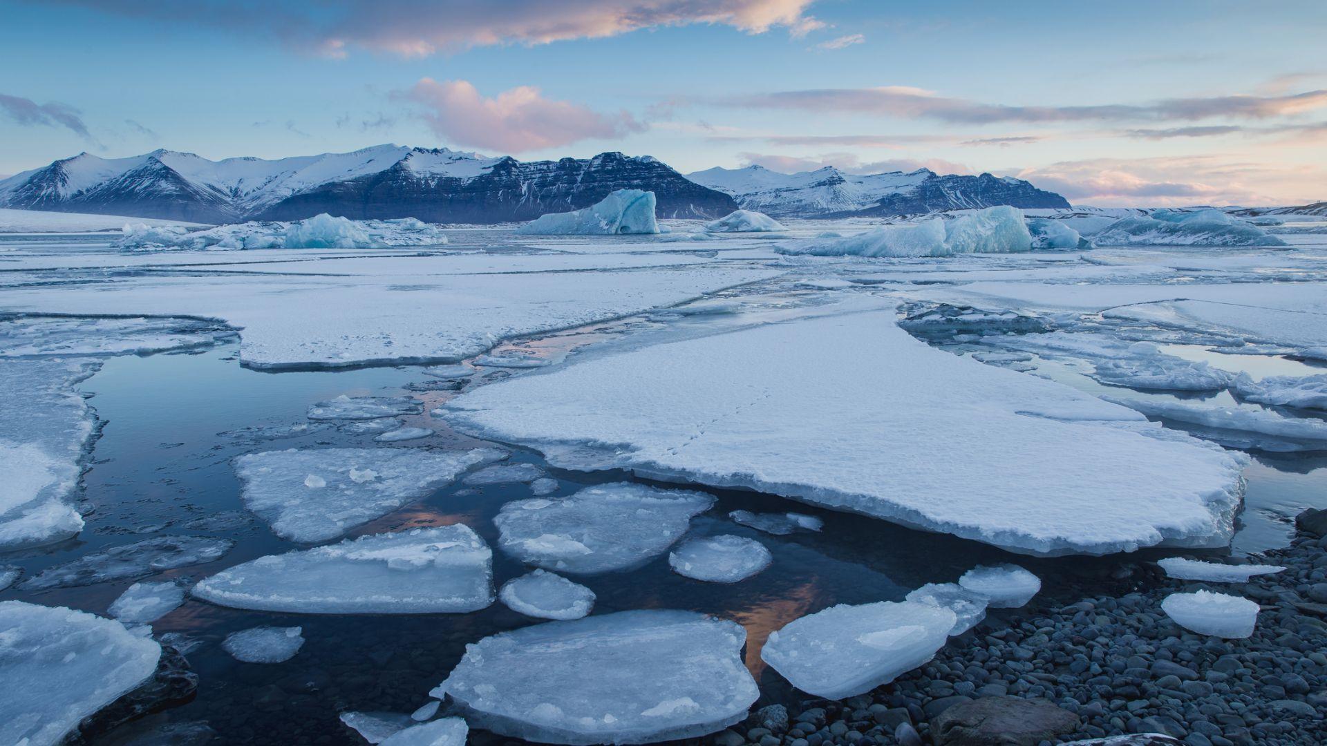 Русия прокарва подводен оптичен кабел през Арктика
