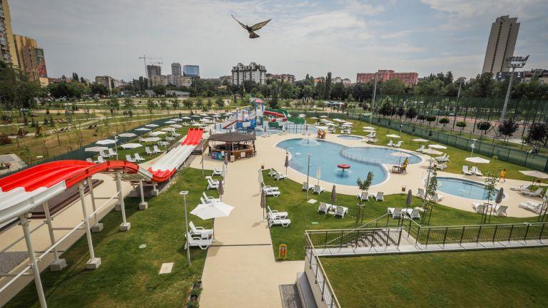 От днес откритите басейни и пързалки на разположения в паркова
