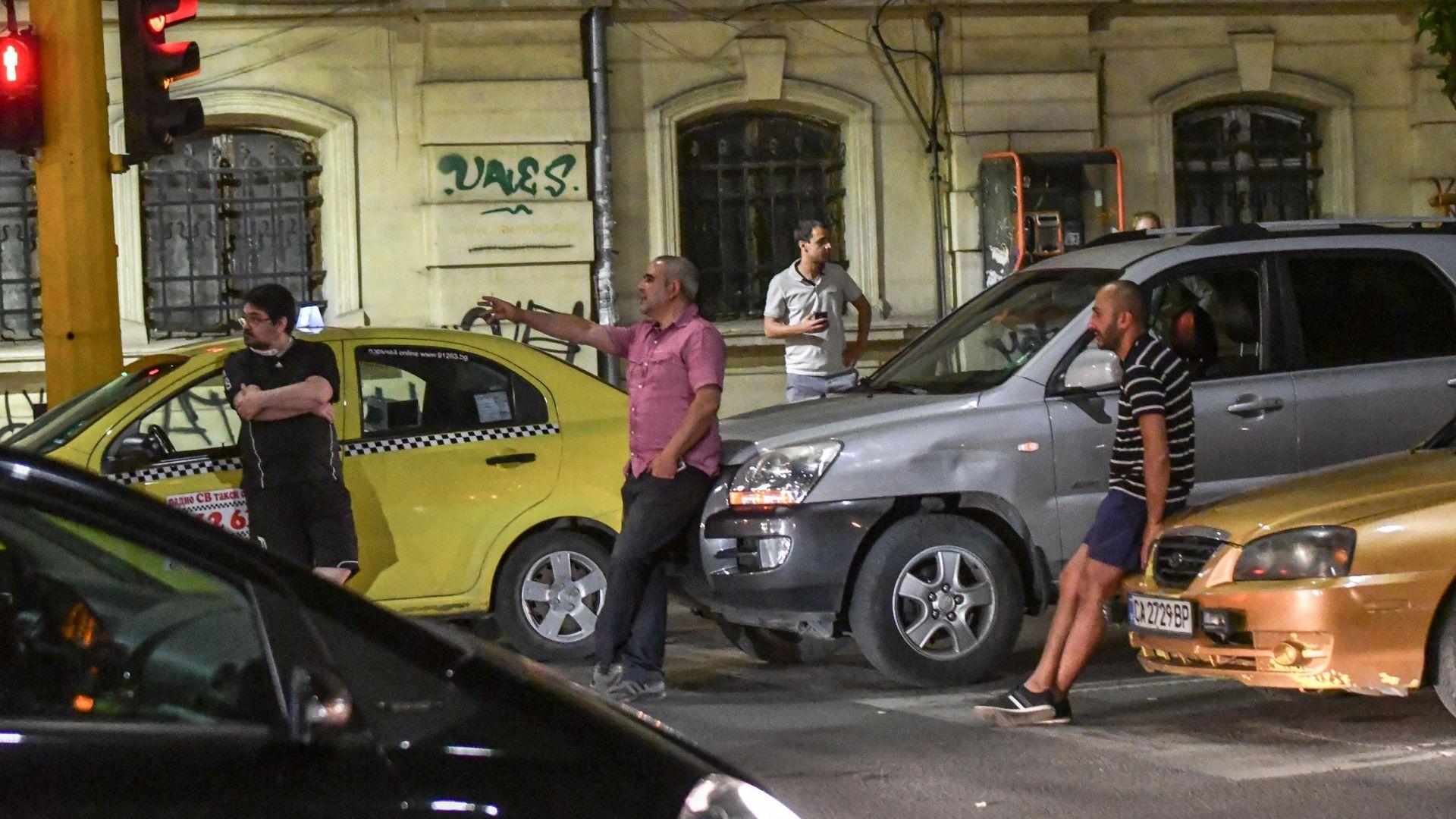 Изнервен шофьор ударил протестираща на блокирано кръстовище в София