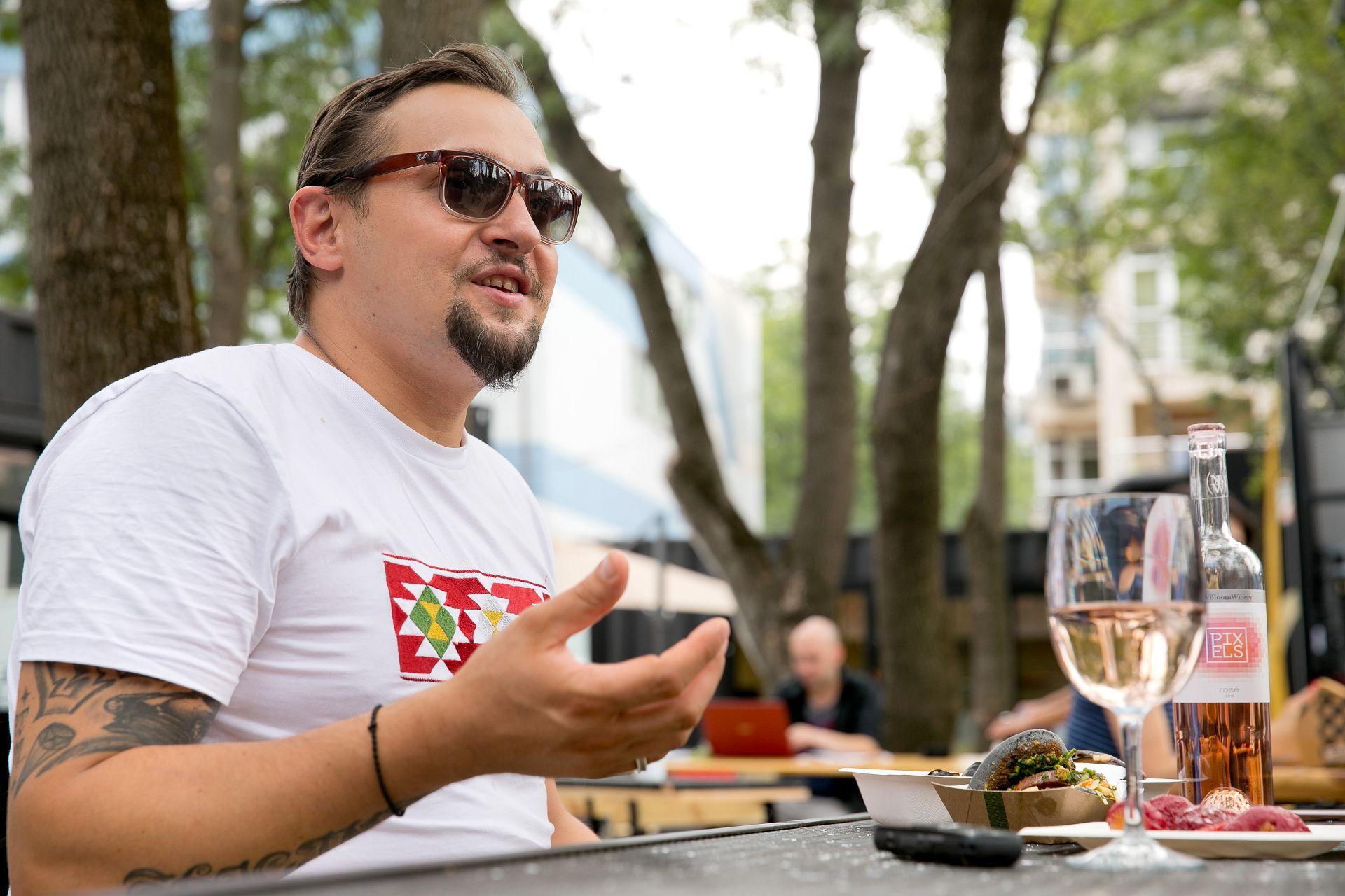 """Поредицата """"На чаша вино с..."""" е специален проект на #URBN.dir.bg u вино Pixels!"""