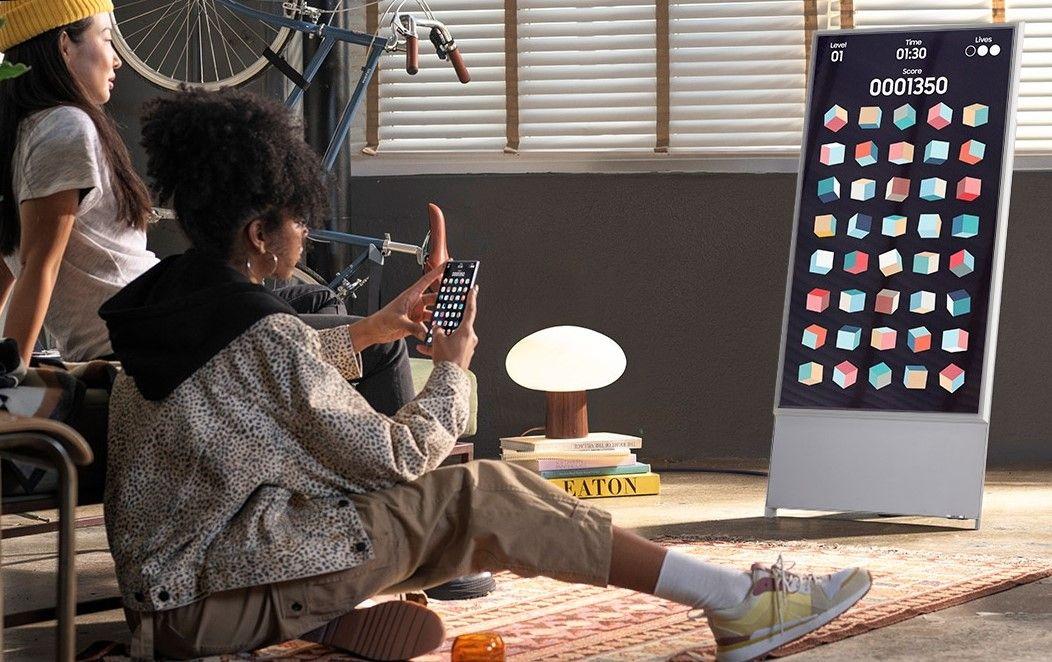 The Sero е с уникална свободно стояща стойка с cable management решение и стилен интегриран говорител.