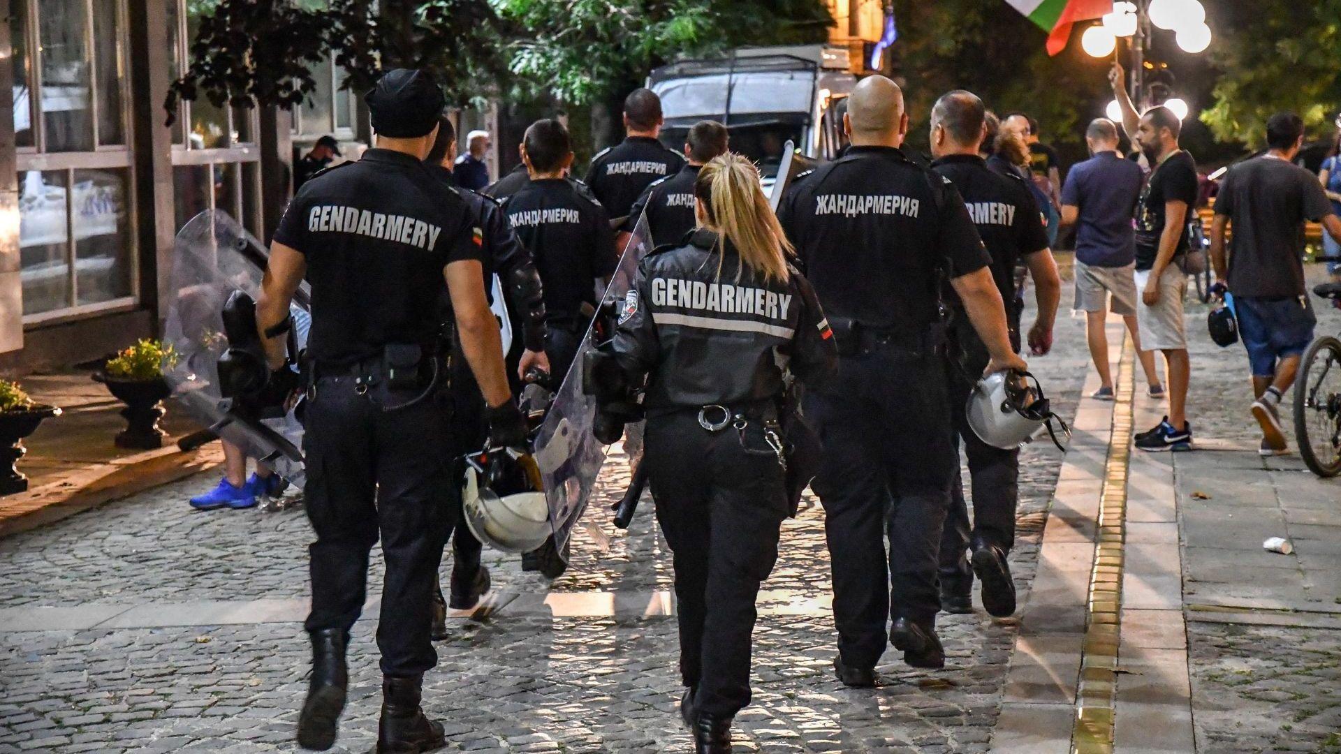 Изведоха с жандармерия Даниела Дариткова и Корнелия Нинова от БНТ