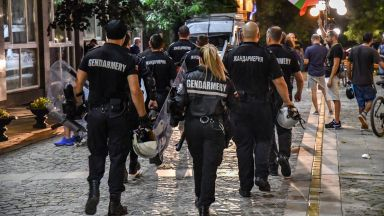 Изведоха с жандармерия Даниела Дариткова и Корнелия Нинова от БНТ (видео)