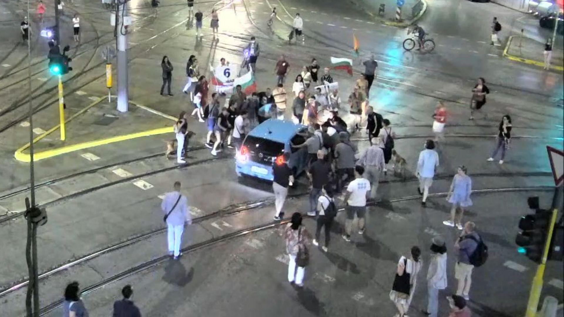 МВР пусна видео и снимки от блокадите на столични кръстовища и атаката пред БНТ