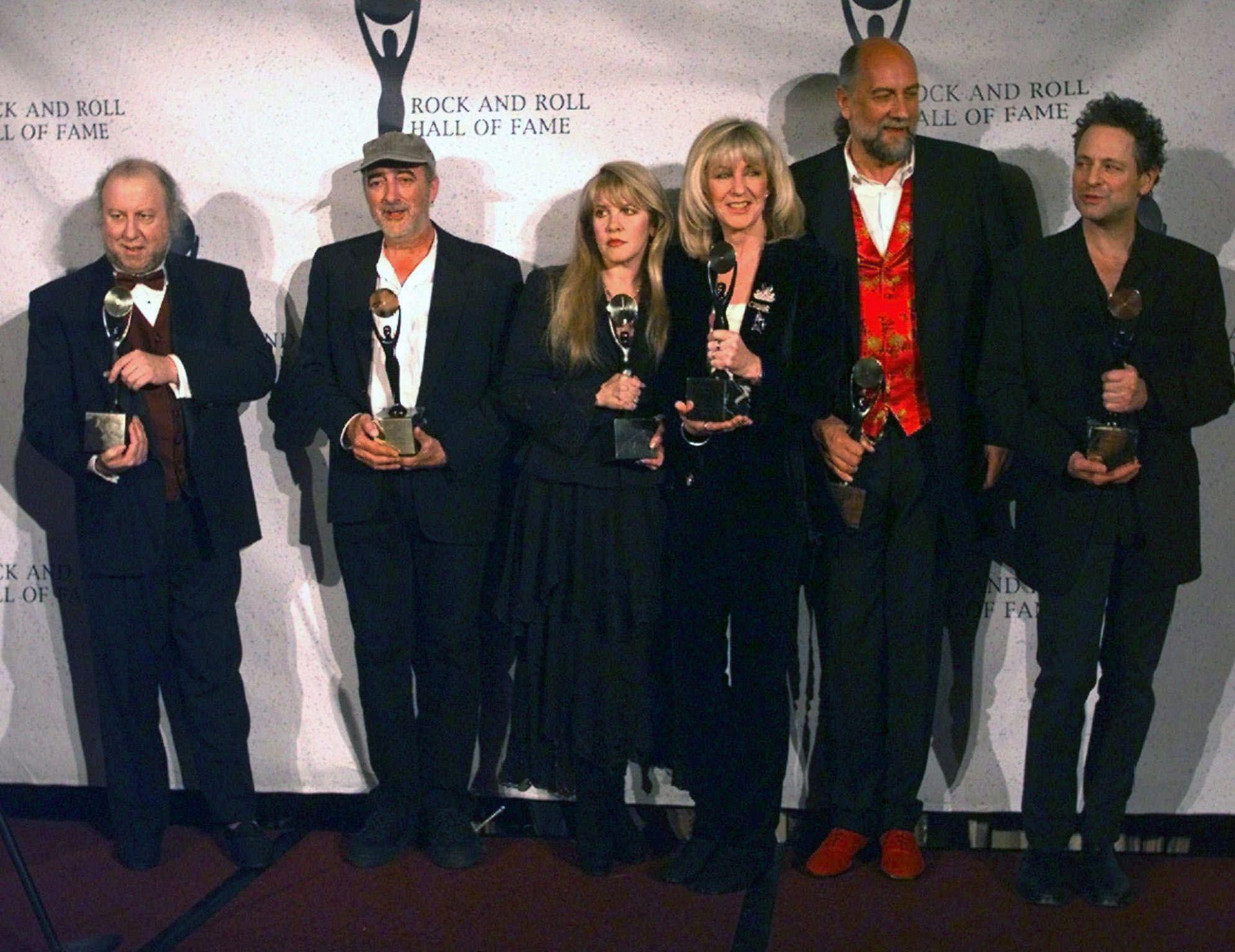 """Януари 1998 г. - членовете на """"Флитуyд Мак"""" с наградите си в Залата на славата на рокендрола в Ню Йорк"""