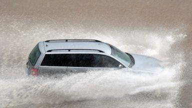 Порой наводни Благоевград, бурята изкорени дърво до болница в Кюстендил