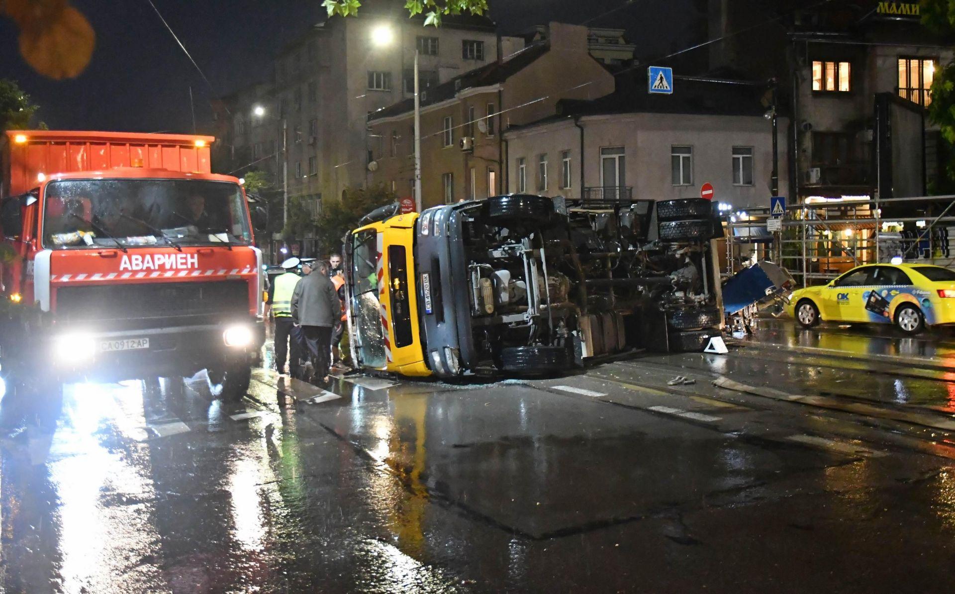 """Автомобилът за сметосъбиране, който снощи се обърна на мокра настилка на бул. """"Христо Ботев"""" блокира за дълго движението"""