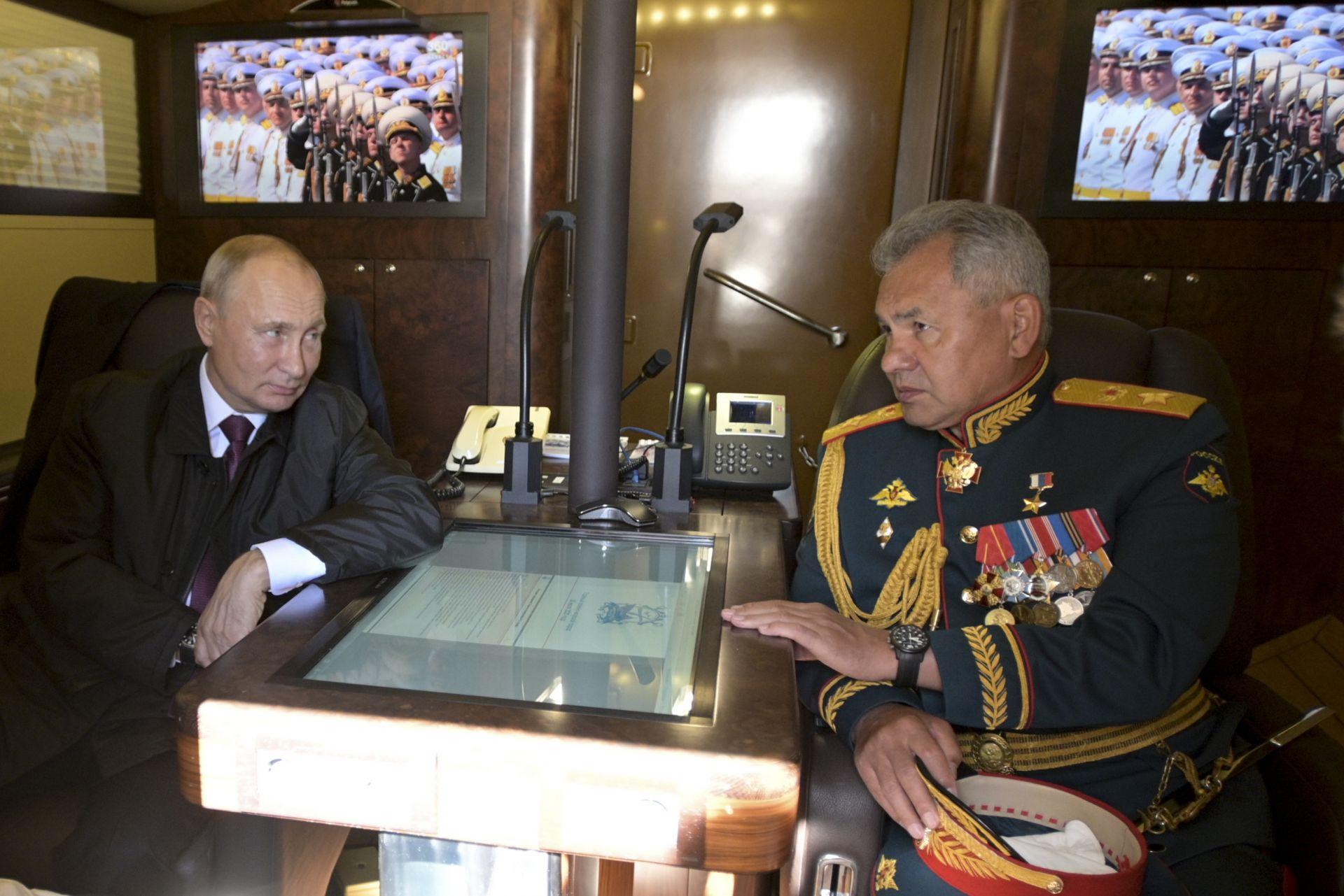 Президентът разговаря с военния министър Сергей Шойгу на борда на военен кораб