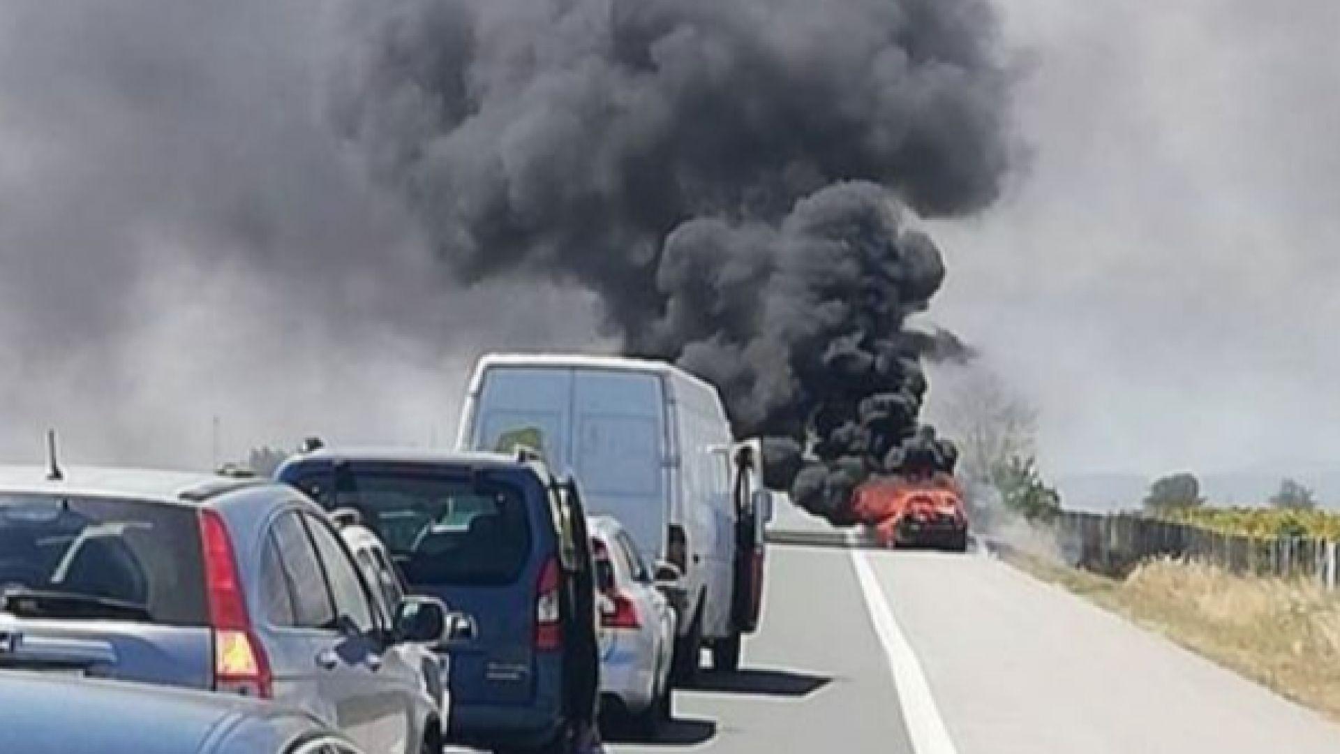 """Кола се запали на магистрала """"Тракия"""", образува се километрична колона към София (снимки)"""