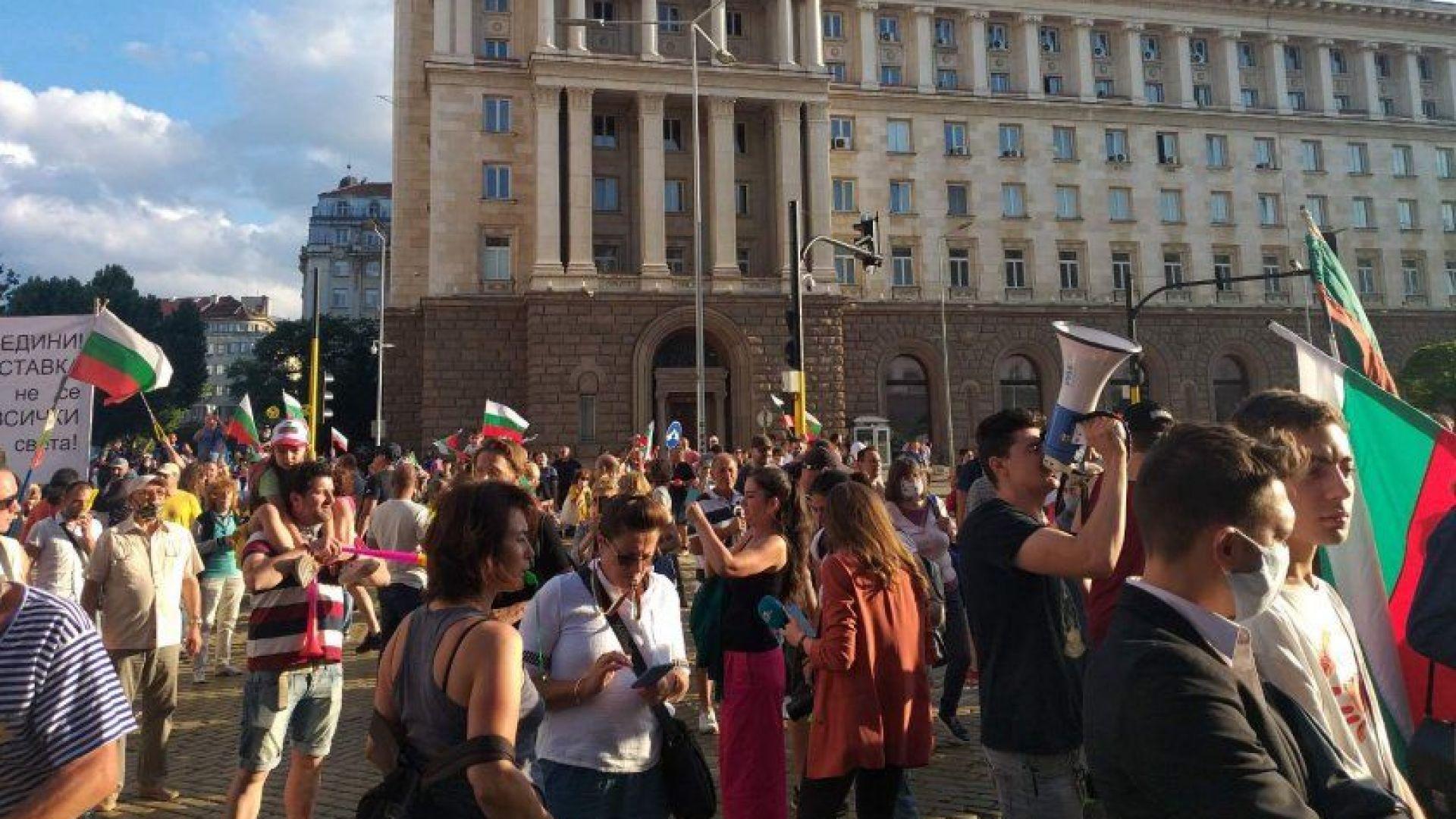 18-ти ден на протестите, демонстрантите хвърлят свински уши по сградата на МС, блокираха кръстовища