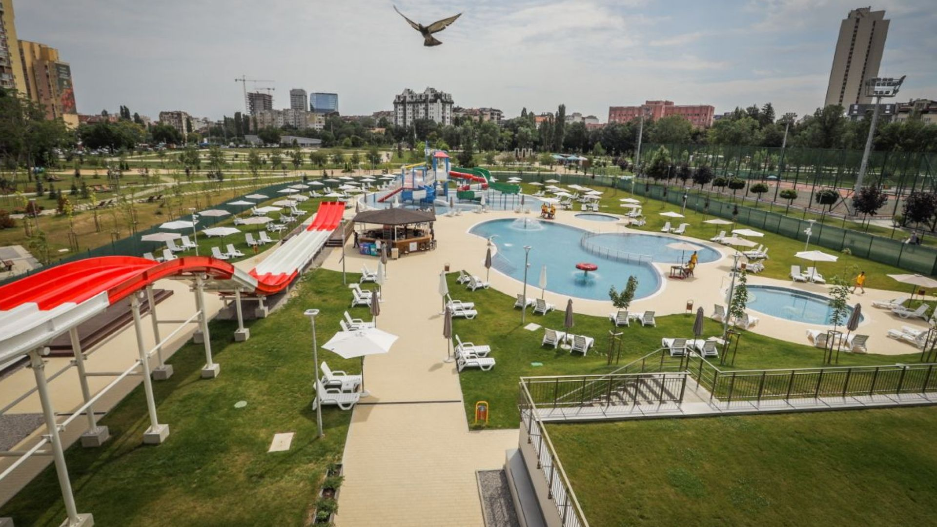 Първият в София аквапарк отвори врати с 5 външни басейна и 8 водни пързалки