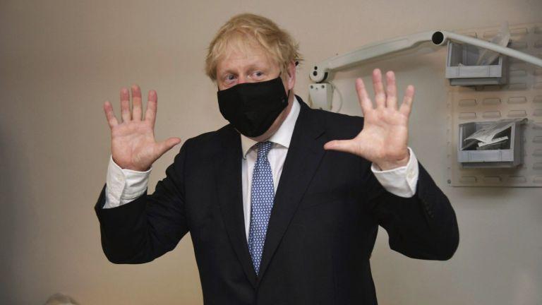 Премиерът Борис Джонсън обяви днес по-строги правила за социално дистанциране