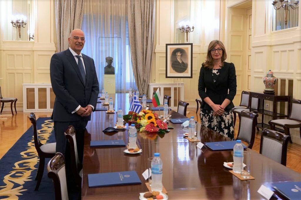 Екатерина Захариева разговаря с гръцкия външния министър Никос Дендиас