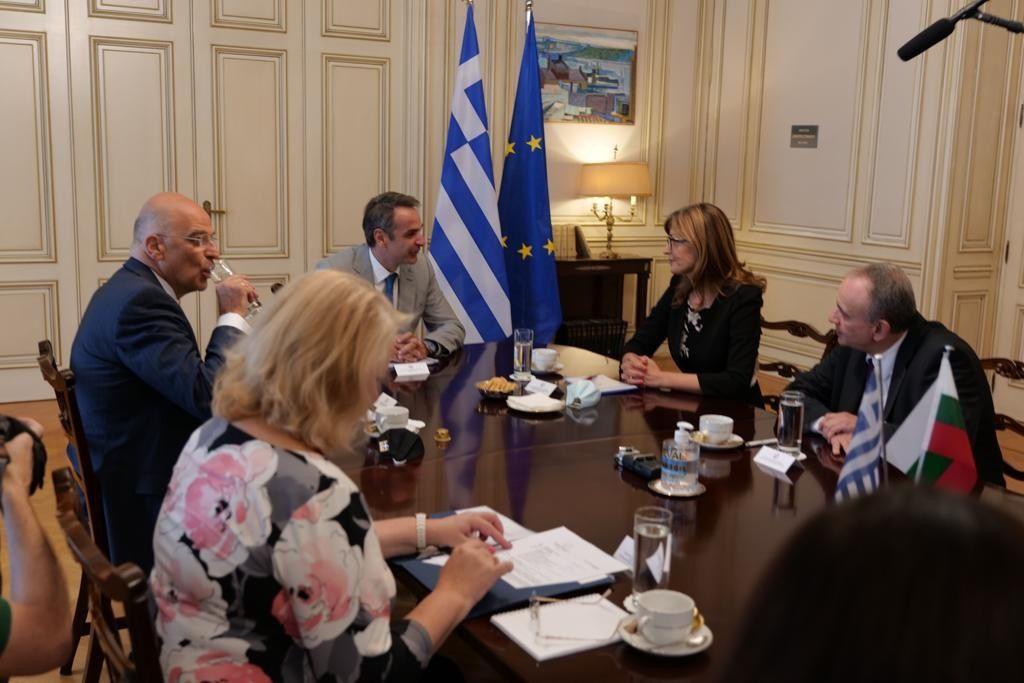 Екатерина Захариева разговаря с външния министър Никос Дендиас  и премиера Кирякос Мицотакис