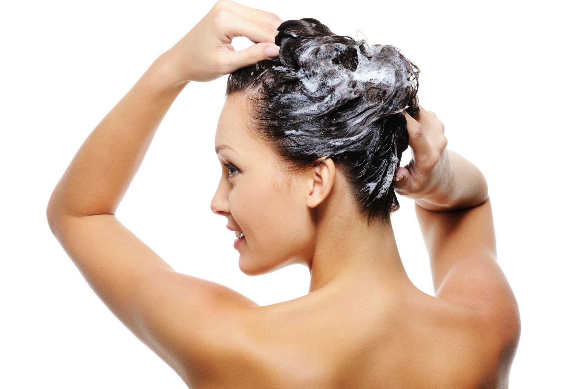 Измиването с шампоан е най-важно за хубавата коса