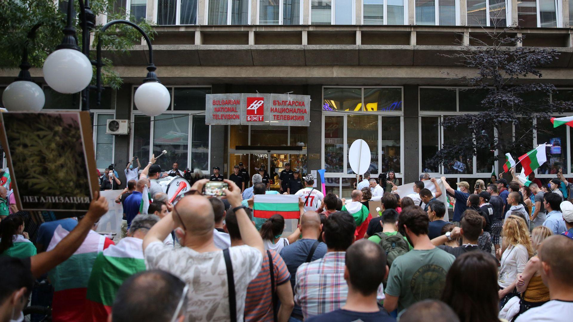 СЕМ отчете: Протестите заемат водещо място в БНТ, Нова и bTV, с всички гледни точки
