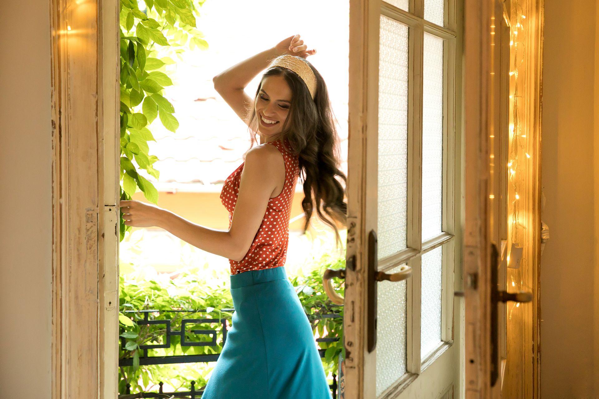 Елегантната дълга пола с цепка и изтънчен топ са налични в онлайн магазина на Daphne