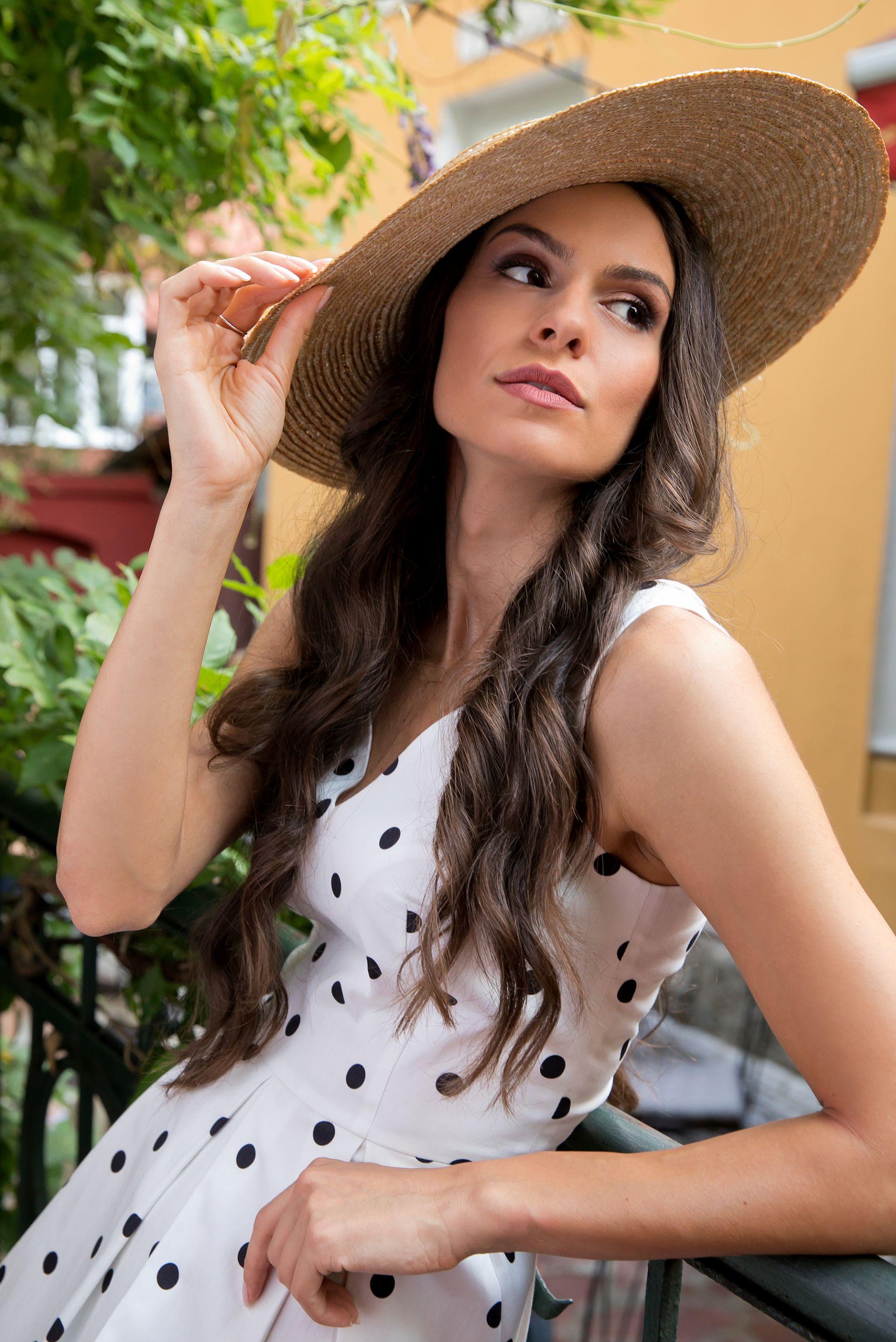 Роклята на Даяна Ханджиева може да закупите от новия онлайн магазин на Daphne