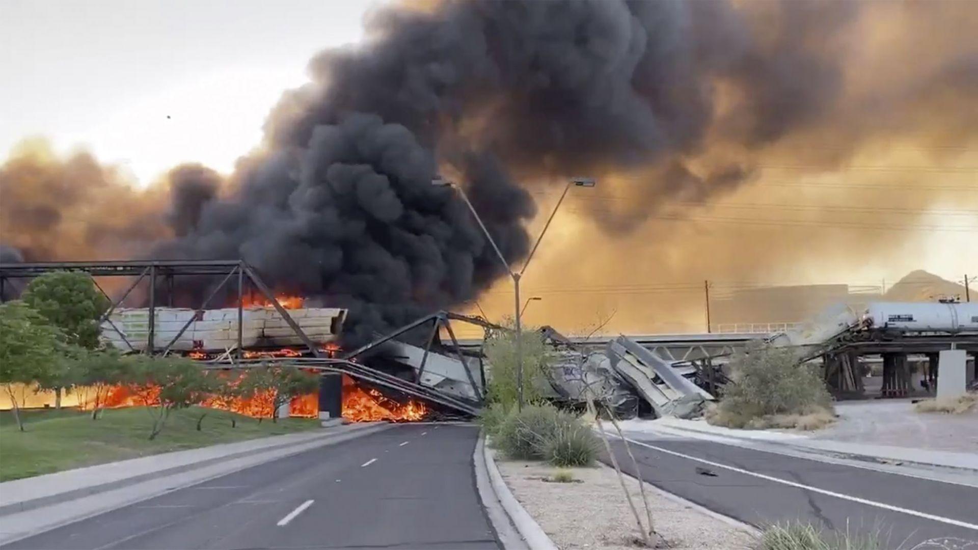 Товарен влак дерайлира, запали се и падна от срутил се мост в Аризона (снимки, видео)