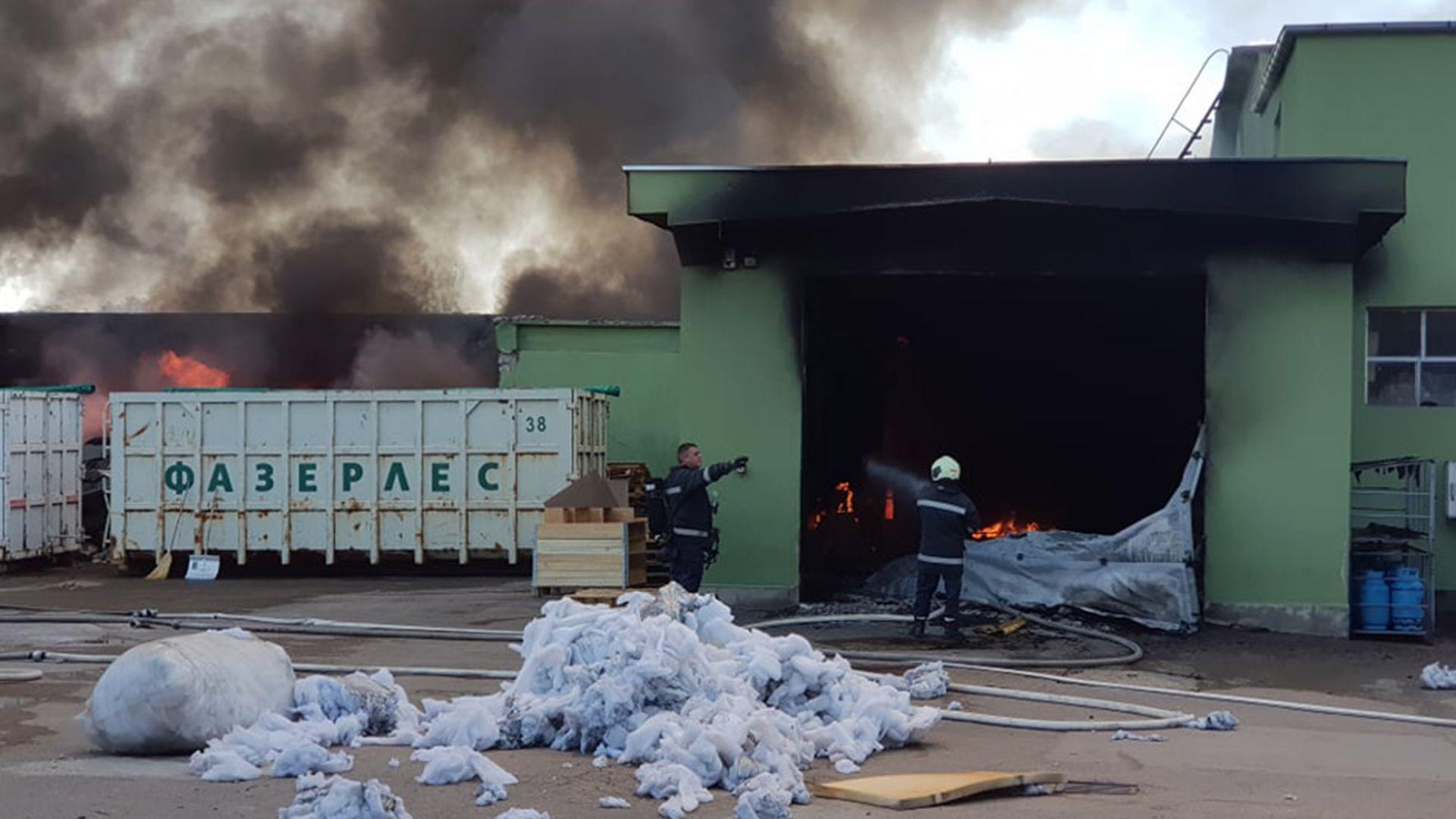 Пожар в мебелно предприятие в Търговище, 5-има пострадаха (снимки)