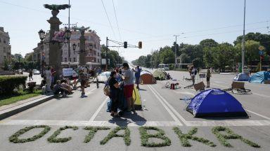 """Изписаха """"оставка"""" и вдигнаха палатки на Орлов мост, столичани ядосани заради трафика (снимки)"""