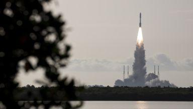 НАСА успешно изстреля роувъра си към Марс