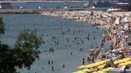 Пълни плажове в най-горещия ден през юли (снимки)
