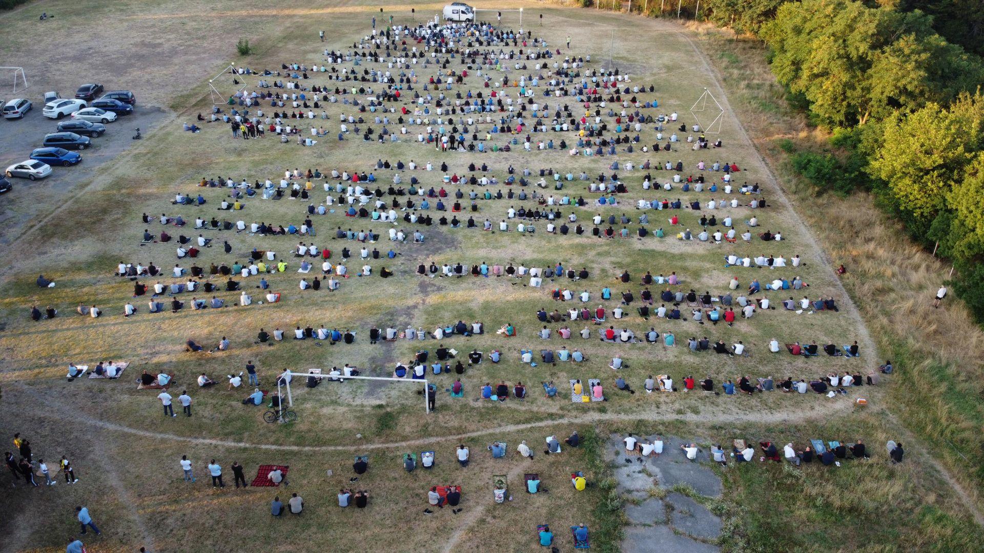 """Курбан Байрам в Хасково - стотици мюсюлмани посрещнаха празника на игрището в парк """"Ямача"""""""