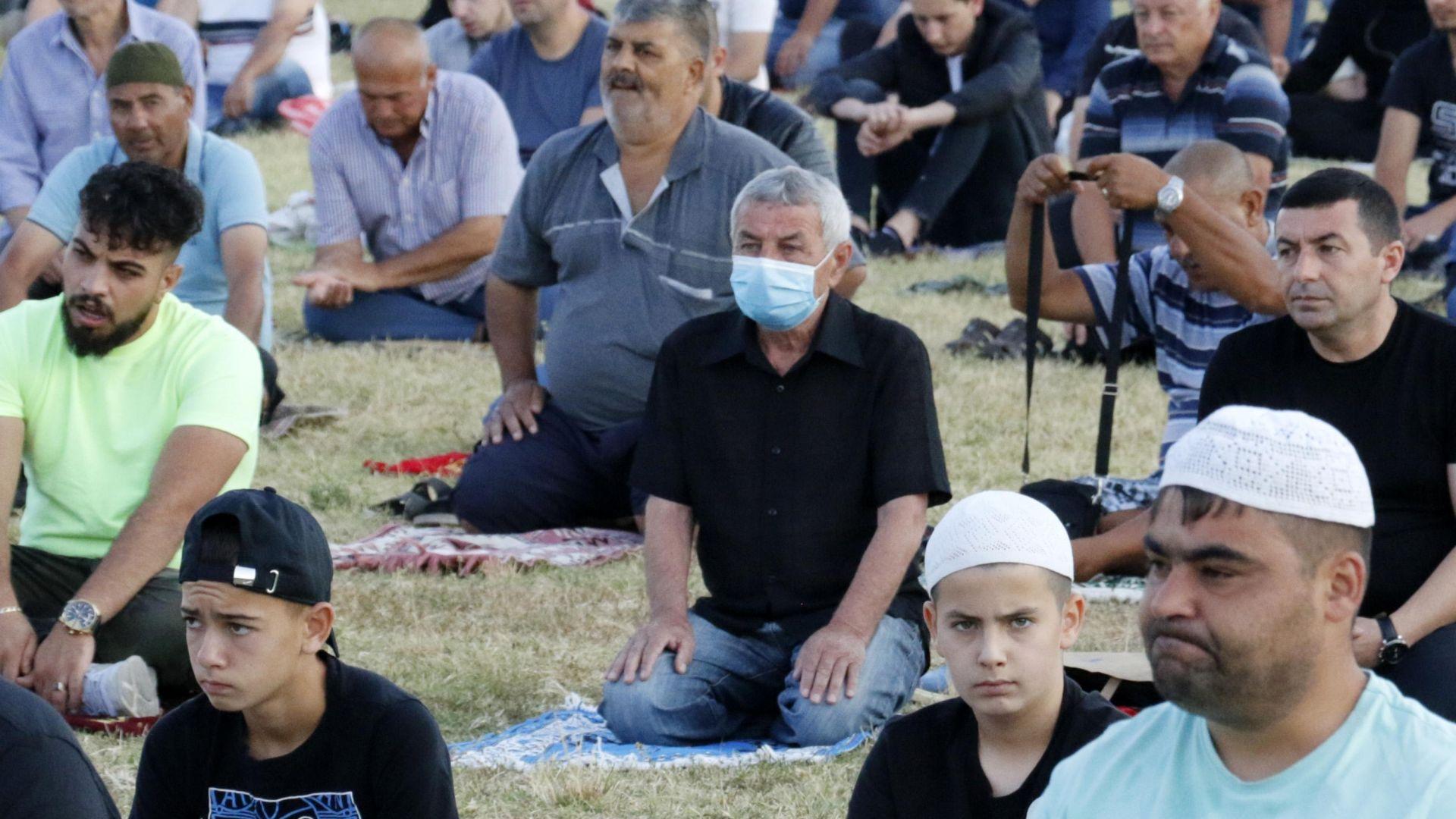 Курбан Байрам започна с молитви на открито и социална дистанция (снимки)