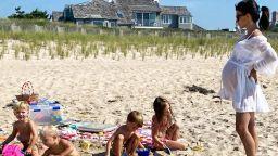 Красива и бременна с децата на плажа: Хилария Болдуин