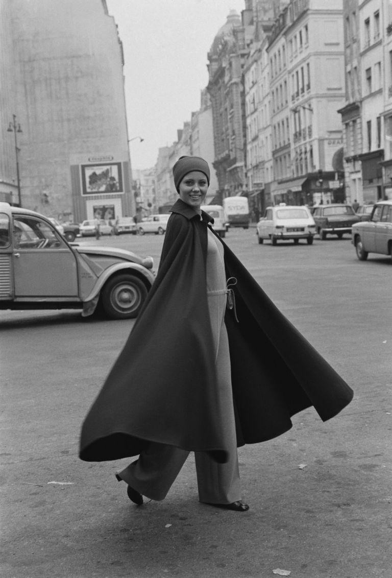 Модел с облекло по дизайн на Ив Сен Лоран, 1969 г.