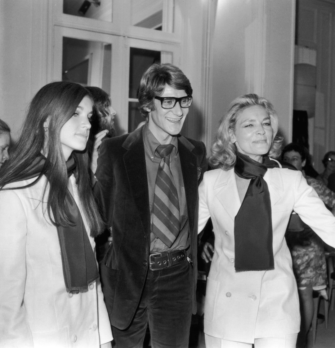 Ив Сен Лоран с американската актриса Лорън Бекол и нейната дъщеря след ревю на дизайнера, Париж, 1968 г.