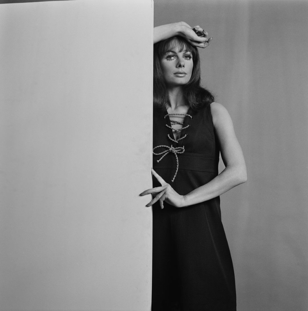 Моделът Джени Йорк в рокля на Ив Сен Лоран, Лондон, 1967 г.