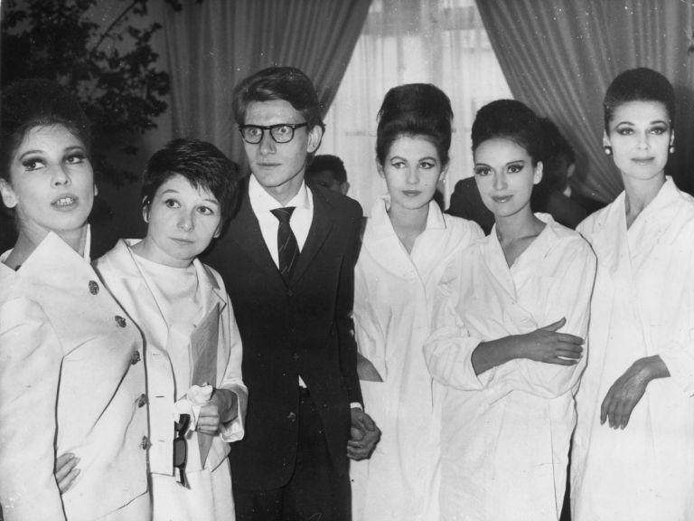 Ив Сен Лоран позира с негови модели след ревю в Париж, 1962 г.
