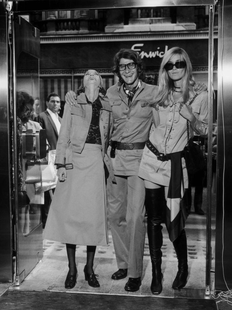 Ив Сен Лоран с Лулу де ла Фалез и Бети Катру на откриването на бутик на дизайнера в Лондон, 1969 г.