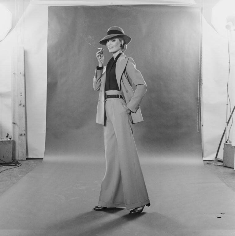 Модел позира с костюм на Ив Сен Лоран