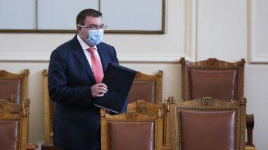 Здравният министър разкритикува депутати, че са в парламента без маски